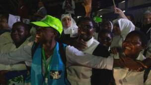Umati wa watu waliojawa na furaha umemkaribisha Papa Francis nchini Msumbiji aalipoanza ziara yake ya mataifa matatu ya Afrika.