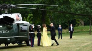 Tổng thống Donald Trump và Đệ nhất Phu nhân Melania Trump lên phi cơ Marine One rời nhà riêng của đại sứ Mỹ tới dự tiệc bữa tối do Thủ tướng Theresa May chủ trì ở Cung điện Blenheim, Oxfordshire.