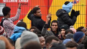 Mais beaucoup d'entre eux gardent les yeux rivés vers l'Angleterre. Pour eux, quitter Calais, c'est s'éloigner de leur but.