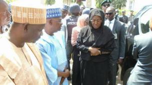 Uwargidan Shugaban Najeriya Muhammadu Buhari, Aisha, yayin da ta je ta'aziyyar rasuwar uwargidan Sanata Danjuma Goje, Hajiya Yalwa, a Gombe ranar Juma'a