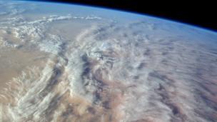 """Entre um trabalho e outro, os astronautas da Estação Espacial Internacional podem disfrutar as vistas da Terra. """"Variedade fascinante de formações de nuvens sobre o noroeste do deserto do Saara"""", comenta Williams."""