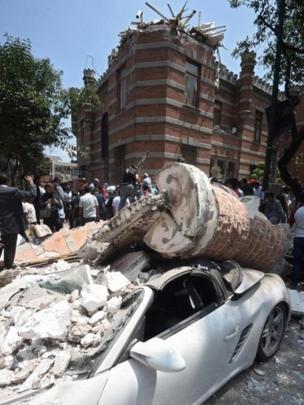 Carro destruído pelo tremor no México