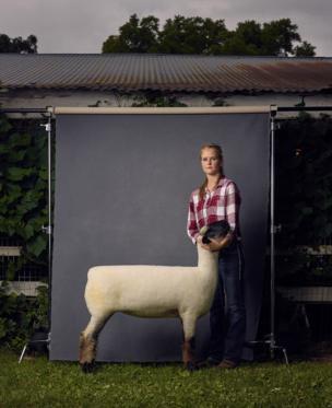 Жінка з вівцею