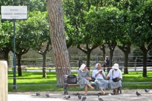 Tres monjas conversan en el Jardín de los Naranjos de Roma.