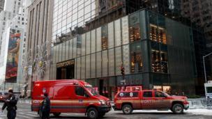 A nan ma wasu motocin kashe gobara ne suka isa benen Trump Tower a titin Fifth Avenue da ke birnin New York domin kashe gobarar.