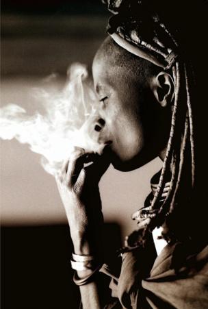 Una mujer fumando.