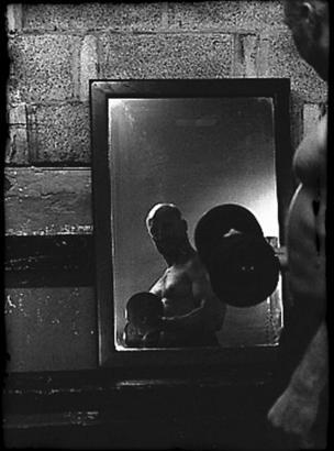 Entrenamiento de pesas frente a un espejo