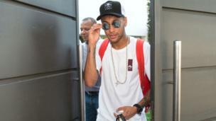Neymar a fait la une des médias toute la semaine avec son transfert du FC Barcelone au PSG, une affaire à rebondissements pour le nouveau joueur du club français.