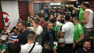 Le café Rostomia est le plus prisé de la rue par les supporters algériens, venus en nombre à Sheperd's Bush, dans le centre de Londres.