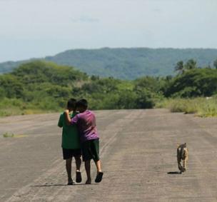 Dos niños abrazándose