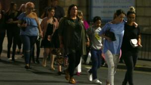 Люди идут по улице