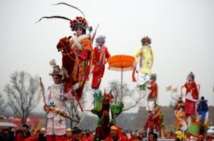 2月17日,西安高陵船张芯子社火巡演队伍在西安市大明宫国家遗址公园进行芯子社火巡游表演。