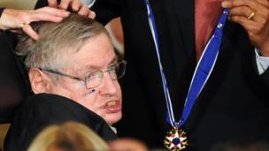 ओबामाबाट 'स्वतन्त्रताको राष्ट्रपतीय पदक' लिँदै हकिङ