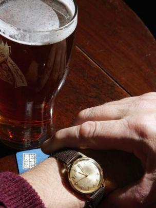Cerveza y reloj