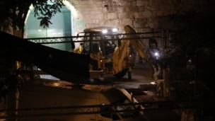 """قوات الأمن الإسرائيلية تزيل الحواجز الأمنية عند بوابة """"الأسباط""""."""