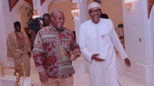 Tsohon Shugaban Ghana John Dramani Mahama lokacin da ya kawo wa Shugaban Najeriya Muhammadu Buhari ziyara a fadarsa da ke Abuja ranar Alhamis.