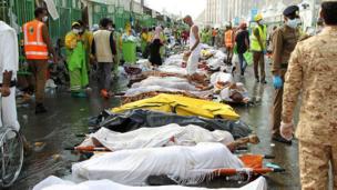L'année précédente a été marquée par une bousculade mortelle qui a coûté la vie à 2 300 pèlerins dont 450 Iraniens, la nationalité la plus touchée. Il s'agit de l'accident le plus meurtrier de l'histoire du hajj.