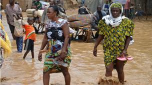 """Après des alertes jaune et orange, on n'est """"plus qu'à 21 centimètres de l'alerte rouge"""", a averti le ministre nigérien de la gestion des Catastrophe."""
