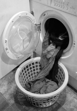Ropa saliendo de la lavadora