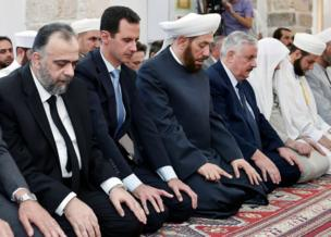 Syrian President Bashar al-Assad (2nd L) attends prayers in Hama, 25 June