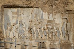 इसमें 500 ई. पू. में हखामनी साम्राज्य के राजा दारा प्रथम को दिखाया गया है.