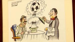 """رسمة لنادل (يحمل محرمة كُتب عليها """"سياسي"""")، وهو يقدم طبق به كرة قدم لرجل فقير"""