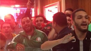 Dès les premières minutes du match, un but côté algérien qui fait exploser de joie les supporters.