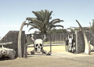 Una puerta con un cráneo y huesos cruzados