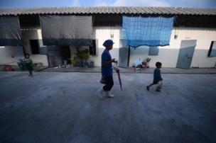 อีกหนึ่งภาพคุ้นตาในชุมชนนี้ ก็คือภาพสาวโรงงานชาวเมียนมากับลูกน้อย