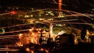 ليلة عيد الفصح تطلق الكنائس اليونانية الألعاب النارية