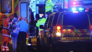 London Bridge çevresindeki polisler ve ambülanslar
