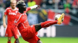 Le Burkinabé Bancé reçoit un soulier d'or qui a couté moins de 25000 F CFA aux organisateurs.