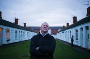 رجل يقف أمام بيوت