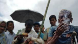 86 yaşındaki Hüseyin Ahmed ilk kez Bangladeş'e geldi. Tel örgüleri geçip çok uzun bir yolu yürüdükten sonra Cox's Bazar yakınlarındaki Kutupalong mülteci kampına ulaştı.