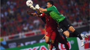 Thủ môn Đặng Văn Lâm trong một tình huống cứu nguy cho đội tuyển Việt Nam