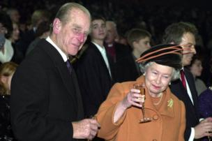 Di Queen and Duke of Edinburgh Mark di new millennium with glass of champagne for Greenwich, London.