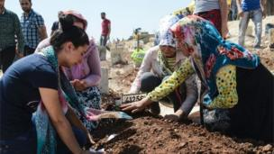 Women grieve at graveside of one of victims of Gaziantep blast 21/08/2016
