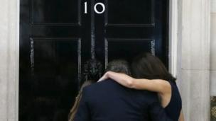2010年以来、首相官邸を住まいとしてきたキャメロン一家は、退任演説後に玄関前で最後に抱き合った