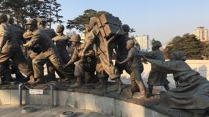 Quân đội miền Nam bảo vệ dân. Hàng vạn thường dân bị giết trong cuộc chiến Triều Tiên