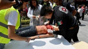 Paramédicos atendem vítima de terremoto