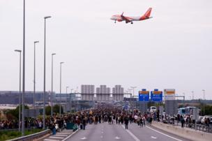 Manifestantes se dirigen al aeropuerto