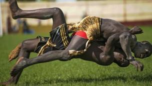 مباراة في المصارعة في جنوب السودان