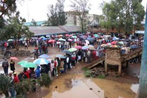 Even as rain fall, long queue dey inside Kiambu county for central Kenya. wey be stronghold of di ruling Jubilee party.