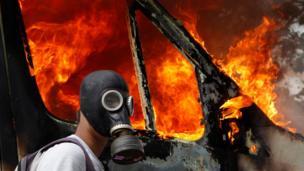 صورة لتظاهرات عنيفة ضد اجراءات التقشف في اليونان عام 2011.