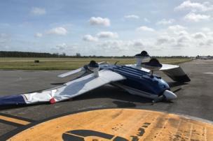 Una avioneta destrozada en el aeropuerto ejecutivo de Tamiami, en el barrio de Kendall, en Miami (Florida, Estados Unidos) por los fuertes vientos del huracán Irma.