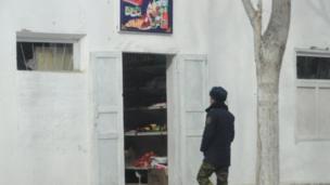 """Кыргыз-тажик жарандары пайдаланган """"Ортолук"""" деген көчөдө Тажикстандын дүкөнү бар, ал кыргыздарды дагы тейлейт."""