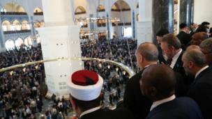 أردوغان ينظر إلى صحن المسجد