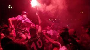 احتفل هؤلاء المشجعون بفوز منتخبهم الوطني بالهتافات وإطلاق الألعاب النارية.