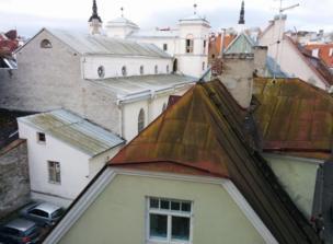 Es una vista desde arriba de tejados de zinc, viejos y algunos oxidados de una ciudad europea. Tallin.