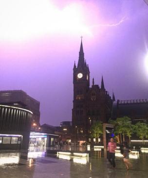البرق يلمع فوق محطة كينغز كروس للقطارات في العاصمة لندن